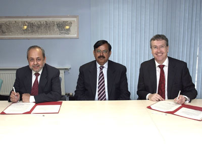 Federal Minister for Science and Technology Ch. Nouraiz Shakoor Khan (centre) Rector of CIIT, Dr Zaidi Junaid (left) with Lancaster University Vice-Chancellor Professor Paul Wellings at the signing ce